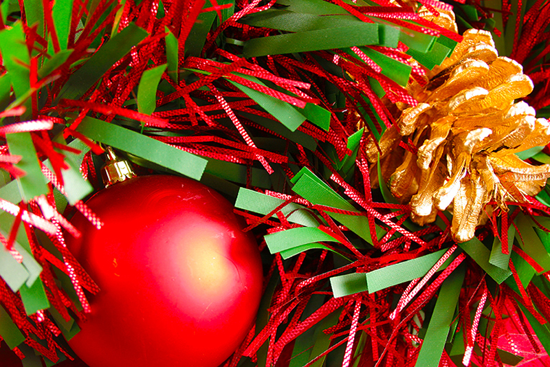 b2bcards corporate christmas eacrd ref:b2b-ecards-baubles-tinsel-pine-cones-red-green-347.jpg, Baubles,Tinsel,Pine Cones, Red,Green