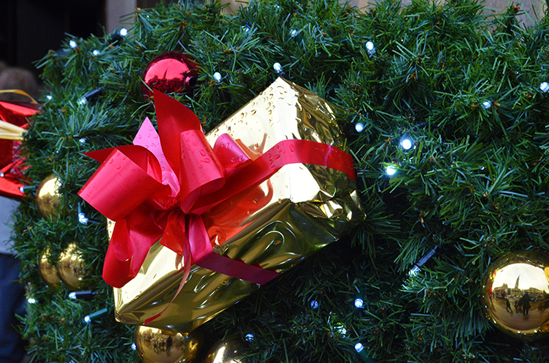 b2bcards corporate christmas eacrd ref:b2b-ecards-wreaths-presents-gold-red-green-706.jpg, Wreaths,Presents, Gold,Red,Green