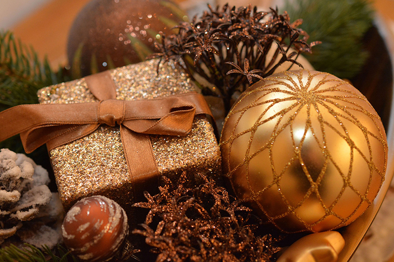 b2bcards corporate christmas eacrd ref:b2bcards-baubles-gold.jpg, Baubles,Presents, Brown,Green,Gold