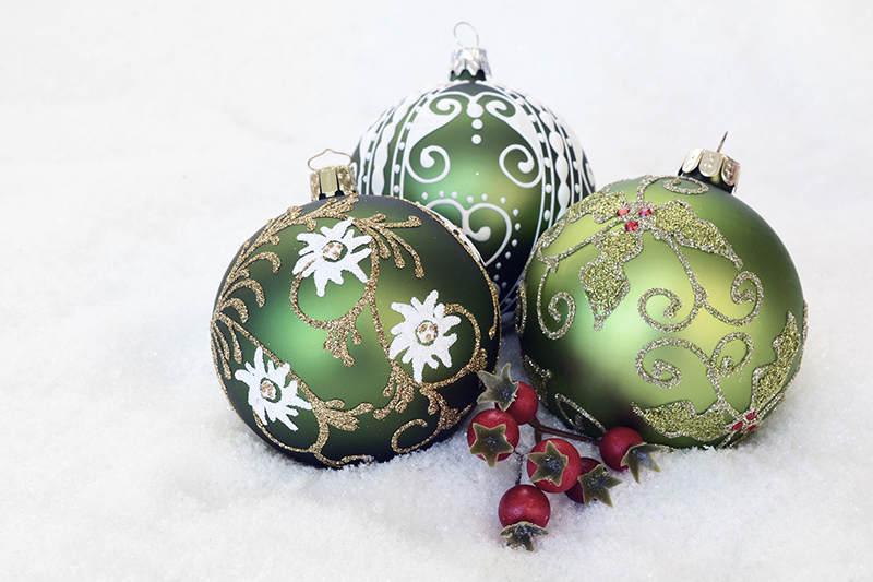 b2bcards corporate christmas eacrd ref:b2bcards-snow-baubles-green-berries.jpg, Baubles,Berries,Snow, White,Green
